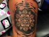 mandala_tattoo_bein_leg_dotwork_abstract_abstrakt_trash_dots_symmetrie_el_color_solido_lohmar_ingo_wirths.JPG