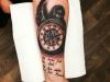 pocket_watch_feather_lettering_tattoo_feder_taschenuhr_schrift_arm_realistic_blackwork_el_color_solido_lohmar_ingo_wirths.jpg