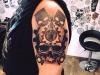skull_tattoo_pistons_kolben_zuendkerze_zahnrad_arm_realistic_dotwork_blackwork_sketch_style_el_color_solido_lohmar_ingo_wirths.jpg